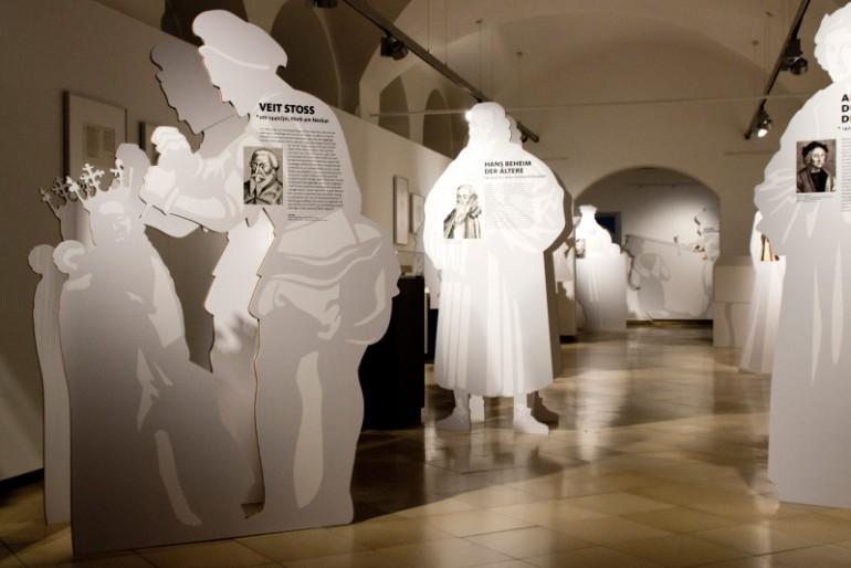 Blick in die Ausstellung mit Figuren