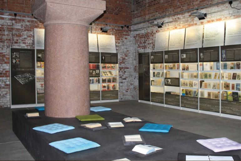 Blick in die Ausstellung mit Sitzpodest zum lesen
